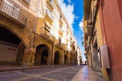 TARRAGONA, SPAGNA - 1° MAGGIO 2017: Vista della via di vecchia città Copi lo spazio per testo Fotografia Stock