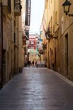 TARRAGONA SPANIEN - AUGUSTI 28th, 2017: Öde gata av den gamla europeiska staden på en klar solig dag De ljusa väggarna av Arkivfoton