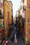 TARRAGONA SPANIEN - AUGUSTI 28th, 2017: Öde gata av den gamla europeiska staden på en klar solig dag med att gå för många persone Royaltyfri Bild