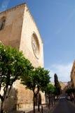 TARRAGONA SPANIEN - AUGUSTI 28th, 2017: dagsikt med blå himmel av Catedralen de Santa Maria i landskapet Tarragona Det Arkivfoto