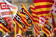 Tarragona Spanien - 01, 05, 2017: Folket med flaggor på gatan av Tarragona på 1st av kan, internationell beröm Arkivfoto