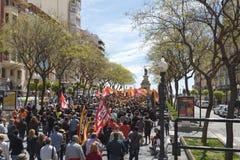 Tarragona Spanien - 01, 05, 2017: Folket med flaggor på gatan av Tarragona på 1st av kan, internationell beröm Royaltyfri Bild