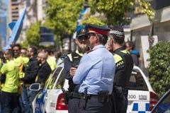 TARRAGONA SPANIEN - MAJ 01, 2017: Demonstrationen 1st av kan, skyddat av polisen på gatan av Tarragona Royaltyfri Bild