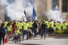 TARRAGONA SPANIEN - MAJ 01, 2017: Folket på gatan av Tarragona på demonstrationen av 1st av kan Fotografering för Bildbyråer