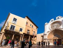 TARRAGONA SPANIEN - OKTOBER 4, 2017: Sikt av den centrala ingången till domkyrkan för Tarragona domkyrkakatolik Kopieringsutrymme Royaltyfri Bild