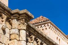 TARRAGONA SPANIEN - OKTOBER 4, 2017: Sikt av stenväggen av den katolska domkyrkan för Tarragona domkyrka på en solig dag Slut-u Royaltyfria Foton