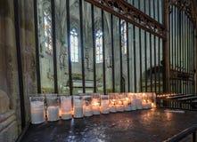 TARRAGONA SPANIEN - OKTOBER 4, 2017: Sikt på tabellen med stearinljus i domkyrka för Tarragona domkyrkakatolik Kopieringsutrymme  Arkivbilder