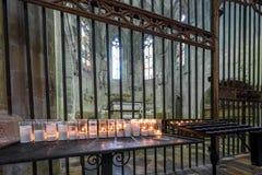 TARRAGONA SPANIEN - OKTOBER 4, 2017: Sikt på tabellen med stearinljus i domkyrka för Tarragona domkyrkakatolik Kopieringsutrymme  Royaltyfri Fotografi