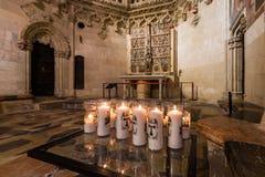 TARRAGONA SPANIEN - OKTOBER 4, 2017: Sikt på tabellen med stearinljus i domkyrka för Tarragona domkyrkakatolik Kopieringsutrymme  Royaltyfri Foto