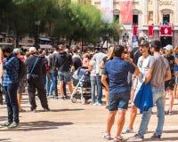 TARRAGONA SPANIEN - SEPTEMBER 17, 2017: Ferie av Santa Tecla, en folkmassa av folk i fyrkanten Kopiera utrymme för text Royaltyfria Foton