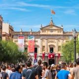 TARRAGONA SPANIEN - SEPTEMBER 17, 2017: Ferie av Santa Tecla, en folkmassa av folk i fyrkanten Kopiera utrymme för text Arkivfoton