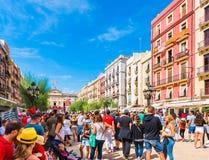 TARRAGONA SPANIEN - SEPTEMBER 17, 2017: Ferie av Santa Tecla, en folkmassa av folk i fyrkanten Kopiera utrymme för text Arkivfoto