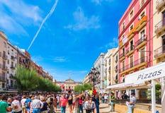 TARRAGONA SPANIEN - SEPTEMBER 17, 2017: Ferie av Santa Tecla, en folkmassa av folk i fyrkanten Kopiera utrymme för text Royaltyfri Foto