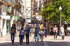 TARRAGONA SPANIEN - SEPTEMBER 17, 2017: Folk på stadsgatan Kopiera utrymme för text Arkivbilder