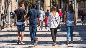 TARRAGONA, SPANIEN - 17. SEPTEMBER 2017: Leute auf einer Stadtstraße Rückseitige Ansicht Stockbild