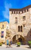 TARRAGONA SPANIEN - SEPTEMBER 17, 2017: Sikt av en historisk byggnad i centret vertikalt Kopiera utrymme för text Arkivfoto