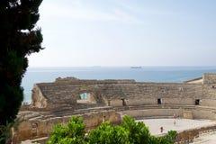 TARRAGONA, SPANJE - 28 AUGUSTUS, 2017: een panorama van het oude roman amfitheater naast de Middellandse Zee royalty-vrije stock foto's