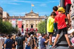 TARRAGONA, SPANJE - SEPTEMBER 17, 2017: Kinderen op vakantie Santa Tecla Exemplaarruimte voor tekst Royalty-vrije Stock Afbeelding