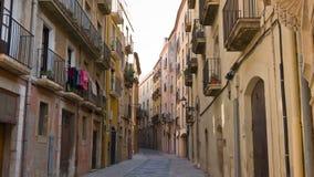 Tarragona straat, die geschotene oude stadsgebouwen vestigen stock footage