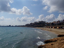 Tarragona strand som sett från en klippa Arkivfoton