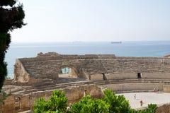 TARRAGONE, ESPAGNE - 28 août 2017 : une vue panoramique de l'amphithéâtre romain antique à côté de la mer Méditerranée Photo stock