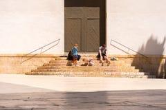 TARRAGONE, ESPAGNE - 1ER MAI 2017 : Enfants sur les escaliers près de la porte Copiez l'espace pour le texte Photographie stock libre de droits