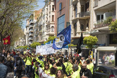 Tarragone, Espagne - 01, 05, 2017 : Les gens avec des drapeaux à la rue de Tarragone au 1er de peuvent, célébration international Images libres de droits
