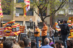 Tarragone, Espagne - 01, 05, 2017 : Les gens avec des drapeaux à la rue de Tarragone au 1er de peuvent, célébration international Image stock