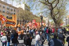 Tarragone, Espagne - 01, 05, 2017 : Les gens avec des drapeaux à la rue de Tarragone au 1er de peuvent, célébration international Photos stock