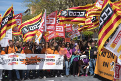 Tarragone, Espagne - 01, 05, 2017 : Les gens avec des drapeaux à la rue de Tarragone au 1er de peuvent, célébration international Photos libres de droits