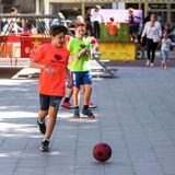 TARRAGONE, ESPAGNE - 17 SEPTEMBRE 2017 : Garçon avec du ballon de football sur la rue Copiez l'espace pour le texte Image stock