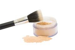 Tarro abierto con el polvo del maquillaje y cepillo aislado Foto de archivo libre de regalías