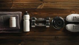 Tarro blanco de la toalla de la proteína de la sacudida de la botella de la placa gris de la pesa de gimnasia con el wh Imagenes de archivo
