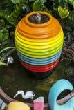Tarro colorido del agua, fuente en el jardín, fondo del papel pintado Imagen de archivo