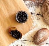 Tarro con el atasco y el pan Foto de archivo libre de regalías