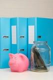Tarro con el dinero en la tabla Imagen de archivo