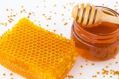 Tarro con la miel del alforfón y el panal Fotografía de archivo libre de regalías