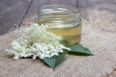 Tarro con las flores de la miel y de la anciano Fotos de archivo libres de regalías
