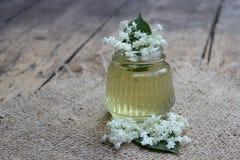 Tarro con las flores de la miel y de la anciano Foto de archivo