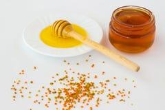 Tarro con una miel oscura Miel del cazo con una miel ligera Polen o Foto de archivo libre de regalías