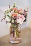 Tarro de albañil de rosas Imagenes de archivo
