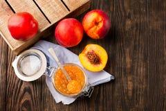Tarro de atasco del melocotón con las frutas frescas Imagen de archivo libre de regalías