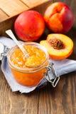 Tarro de atasco del melocotón con las frutas frescas Fotografía de archivo libre de regalías