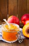 Tarro de atasco del melocotón con las frutas frescas Fotos de archivo