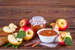 Tarro de cristal de atasco hecho en casa de la manzana con las frutas frescas y los ingredientes Imágenes de archivo libres de regalías