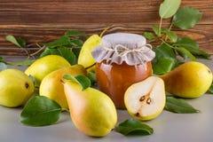 Tarro de cristal de atasco hecho en casa de la pera con las frutas frescas y los ingredientes Fotografía de archivo libre de regalías