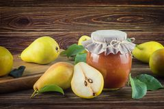 Tarro de cristal de atasco hecho en casa de la pera con las frutas frescas y los ingredientes Fotos de archivo libres de regalías