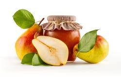 Tarro de cristal de atasco hecho en casa de la pera con las frutas jugosas frescas bajo la forma de ingredientes Fotografía de archivo libre de regalías