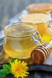 Tarro de cristal con la miel del tilo Imagenes de archivo