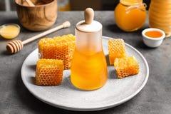 Tarro de cristal con la miel deliciosa y los panales frescos Imágenes de archivo libres de regalías